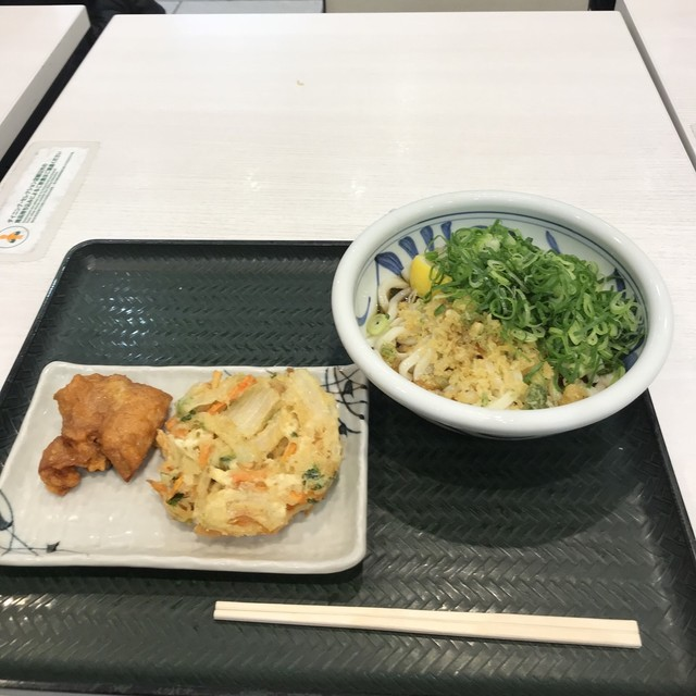 うまげな ラゾーナ川崎店 - ぶっかけ(並)冷とヘルシーかき揚げ、鶏の唐揚げ。 合計で税込630円。 美味し。