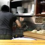 78732102 - こんな狭い厨房でチャキチャキ調理