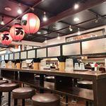 万世麺店 - カウンター席が並ぶ店内