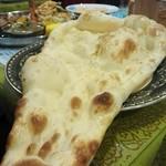 インド・ネパール料理 マナカマナ - 巨大ナン 奥にはセットドリンク(アイスチャイ)