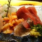 よし寿司 - 刺身アップ マグロ、アジ、赤貝