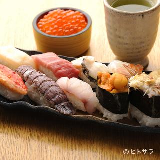 大将が1つ1つ大事にお寿司を握ります