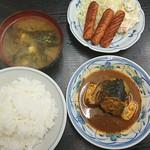 三河屋食堂 - さばみそ煮とウィンナーサラダ(880円)