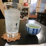 角三 - さすがうどん屋、レモンサワーに温かい緑茶が付いてきました(笑)