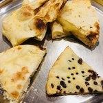 ASIAN KITCHEN KATHMANDU - ナン達です。左上から時計回りにプレーンナン、チーズナン、チョコナン、カブリナン