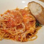 78771094 - バジルとモッツァレラのトマトソースのスパゲッティ