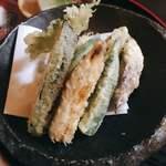 蕎麦酒房 笙 - お昼御前の一品料理の天ぷら。これはすごいボリューム!