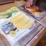 THIS 伊豆 SHIITAKE バーガーキッチン - カフェで人気の分厚いホットケーキ