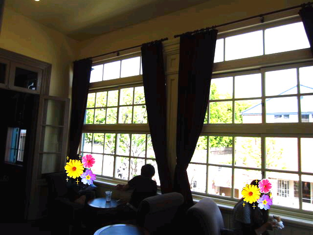 スターバックス・コーヒー 神戸北野異人館店 - 2階窓際のお席。。少ないなぁ^^;