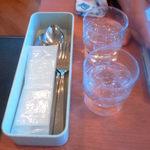 不二家レストラン - 食器類と使い捨ておしぼりとお冷や、頼めば「箸」ももらえます