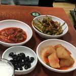 チョルチョルポッチッ - 料理写真:付き出し(黒豆 ジャガイモ フグ皮のニンニクの芽和え 白菜キムチ)  )