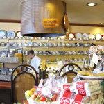 青山コーヒー舎 - カップとプレートがずらり