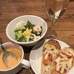 バルビダ - 極太スパゲティセット(スープ、サラダ、ピザトースト)とスパンクリングワイン