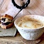 78792282 - ほうじ茶ラテ、今月のスコーンサンド(バナナスコーンとラムレーズンチーズクリームとあんこ)