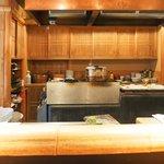 鎌倉 松原庵 欅 - 店内のカウンター席の風景です