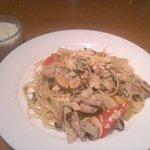 TRATTORIA Alioli - 鶏もも肉の黒胡椒焼きときのこのペペロンチーノスパゲティ