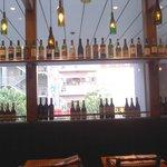トラットリア・アリオリ - キレイにワインボトルが並んでます。