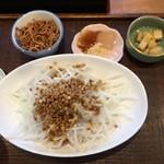 晨翁蕎麦 - ランチのセットは大根サラダに蕎麦の実、蕎麦の揚げ物などが付きます。