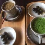 ますだ茶舗 - 抹茶ラテとほうじ茶ラテ どちらも茶団子付き。