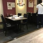 麺処 湊生 - テーブル席。