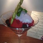 ビストロ アギャット - ホワイトチョコレートのムースと苺のグラス、ビスタチオのバイエット