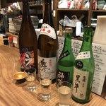 ひもの野郎  - 日本酒飲み比べ1000円 ※最後の1杯が少なかったので、4杯目が登場