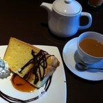 7882621 - シフォンケーキと紅茶(ミルク入り)