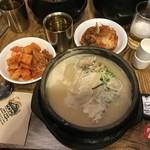 土俗村 蔘鷄湯 - 人参酒で乾杯した後、キムチを盛り付け。程なく着丼