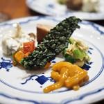 傳 - 前菜盛り合わせ(イカの塩辛・カポナータ・ブリを炊いたもの・椎茸とユリ根の白和え・芽キャベツと湯葉の中華風)