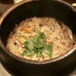 五明 ごみょ - 紅ずわい蟹とキノコの土鍋ご飯