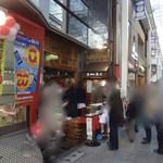 吉祥寺虎屋 - 2015/12 お餅を買うための行列ができてました