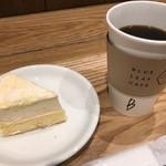 ブルー・リーフ・カフェ - ダブルチーズケーキとブレンドコーヒー