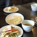 78837247 - サラダとサービスのスープ