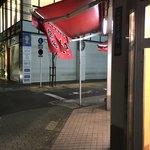 中華タカノ - 店舗前 暖簾が風になびく中、吸い込まれるように店内へ