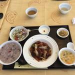 薬膳 天地・礼心 東方人康食養館 - 薬膳で元気ランチセット(この日は酢豚)  小豆粥を選択