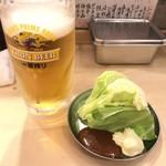 串揚げの四文屋 - お通し キャベツと生ビール