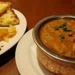 Asian Dining & Bar SAPANA - チキンカレーとナン