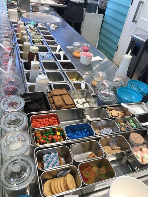 ロール アイスクリーム ファクトリー 原宿表参道本店 - たくさんのトッピング