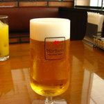 ミア ボッカ - ロゴ入りのグラスでビールを