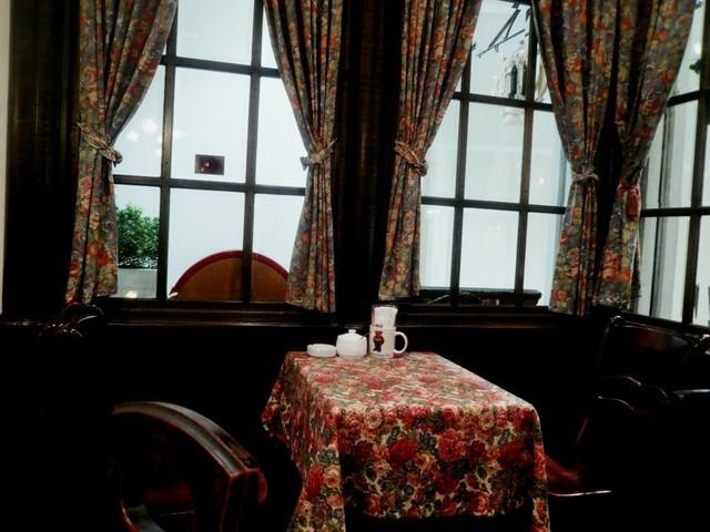 カフェ ド ミンガス なんばCITY - テーブル席に案内される