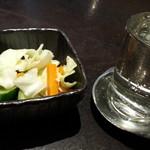 どすこい四文屋 - 日本酒の瀧の司一合350円を冷とお通し250円は浅漬け
