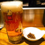 矢場とん - 生ビールはヱビス。700円(税別) 豚挽き肉のしぐれ煮が少々つく。お通し(代)はありません。