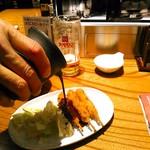矢場とん - ロース串かつは1本70円(税別) 小さめの豚串揚げに卓上で秘伝の味噌だれをかけてくれます。衣はとんかつとはまた違った。
