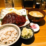 矢場とん - 刻み葱は+50円、豚汁への変更は+150円。すると、豚肉は少なく葱たっぷりめの豚汁は大椀で出てきました。おかわり自由のライスは白飯かもち麦米から選びます。
