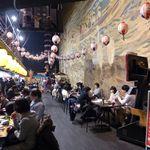 蔵家 - 横丁の一番奥に、比較的広めの飲食スペースがある