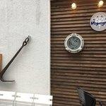 麺場 Voyage - 外の壁 海をイメージ