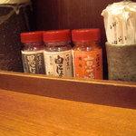 熟成細麺 宝屋 - 香辛料は一休堂で統一されてます