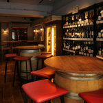 バルケッタ - 入り口手前には、ワイン樽の大きな丸テーブルがあります