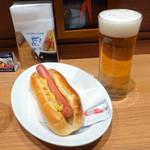 ビストロ・クレアンテ・トウキョウ - カウンター席モーニングジャーマンドッグセット480円、生ビール500円