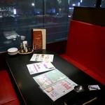 炭焼きイタリアン酒場 炭リッチ - 窓際のボックス席